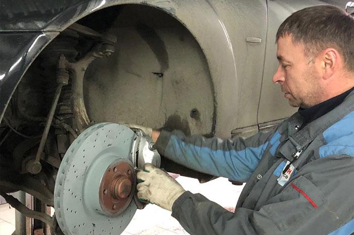 Замена передних тормозных колодок на Kia Sorento, 2013 г.